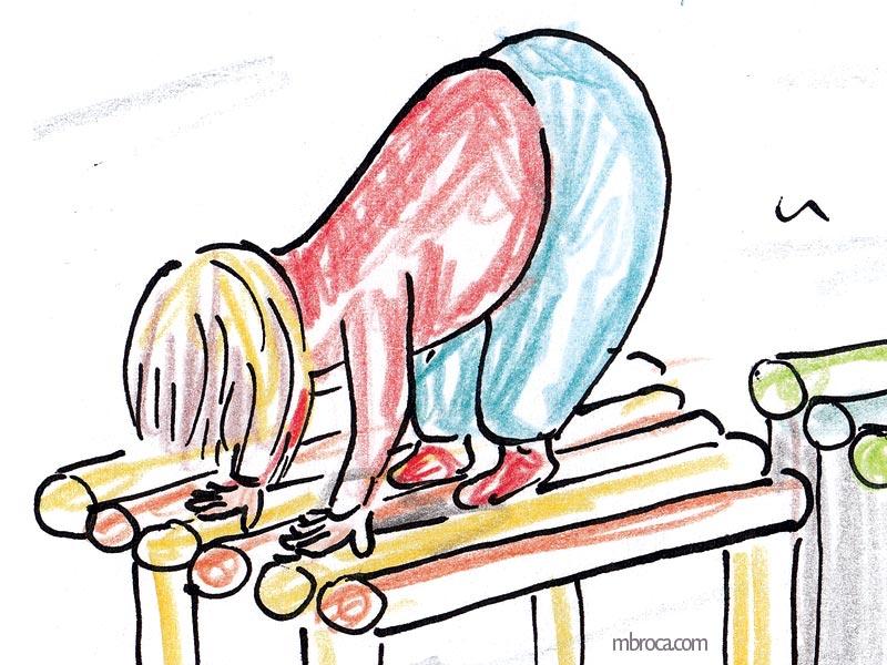 un enfant sur une structure en bois