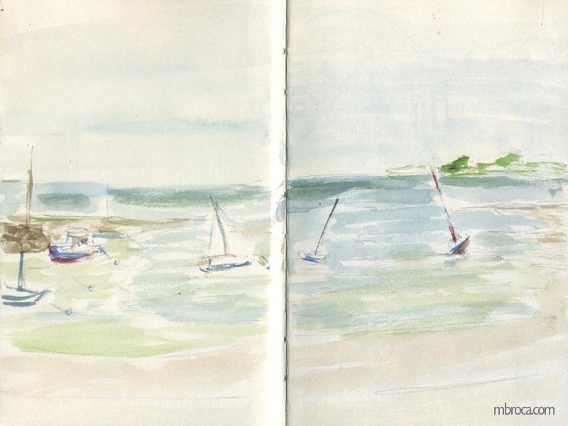 Des bateaux sur l'océan dans une crique.