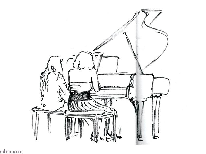 Deux jeunnes femmes jouent un quatre mains au piano.