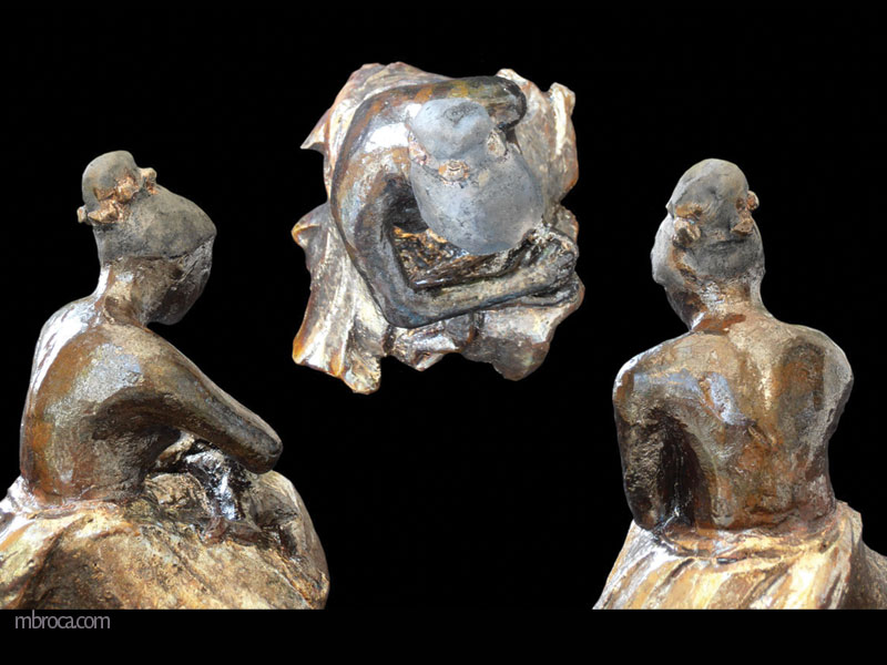 Une meère assise frotte la tête de son enfant alongé sur ses genoux. vues de dos et de dessus