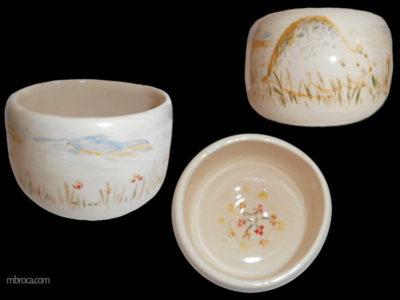 Trois vues d'un bol avec un hamster dessiné au milieu des fleurs.