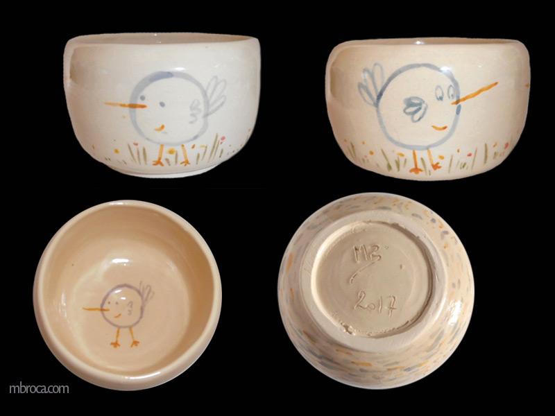 quatre vues d'un bol avec des oiseaux stylisés bleus.