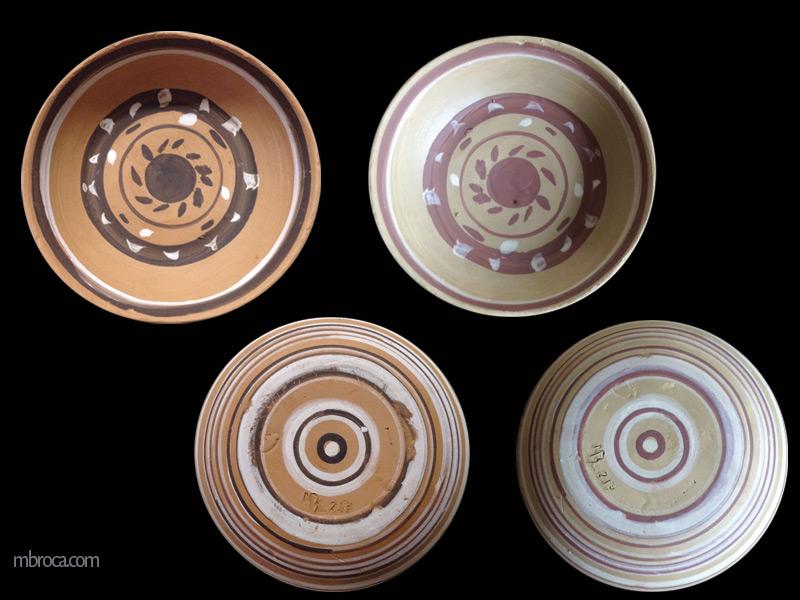 Quatre vues d'une coupe, deux de dessus et de de dessous. Crue et cuite. Décors par des lignes circulaires noires et blanches sur une terre rouge.