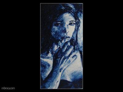une femme en monochrome bleu. Elle tient un mouchoir devant sa bouche.