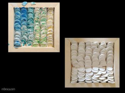 Des centaines de morceaux de céramiques, des demis cercles. Certains sont colorés, d'autres sont blancs.