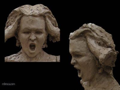 Jeune femme en colère, les mains dans les cheveux, la bouche grande ouverte.