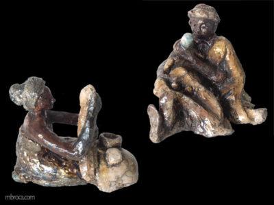 une felle à genoux nettoie du linge. Un homme donne le biberon à un bébé. Ocres, cuivres et belu.