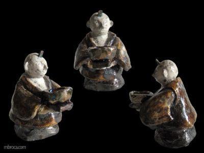 un bonhomme stylisé, tête ronde, portant un bol. Il a un kimono.