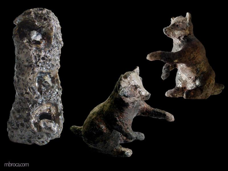 trois ratons laveurs dans une branche d'arbre. Et deux vues d'un raton laveur sur ses pates arrières.