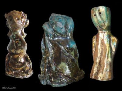 un roi stylisé, une femme jaillissant de la roche, un personnage stylisant penchant la tête.