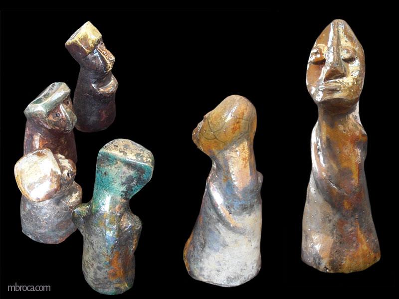 Cinq figurines en cercle, inspiration arts premiers africains