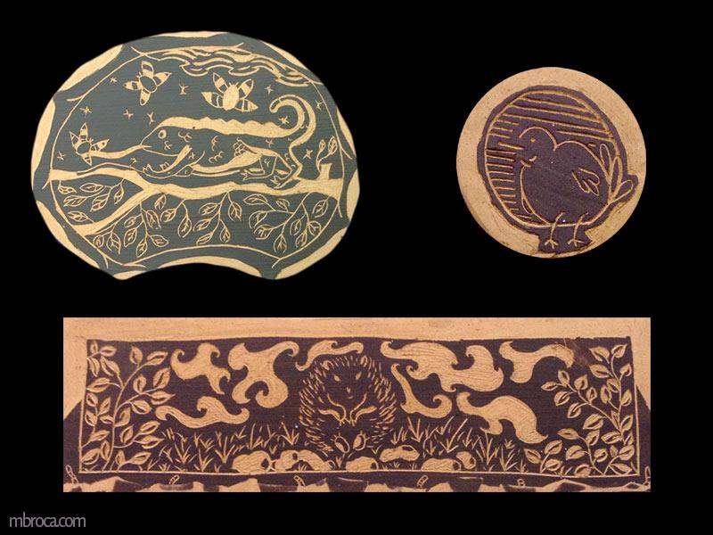 Trois sgraffites, plaques de céramiques. Une représentant un caméléon sur une branche en train de manger un insecte. Une petite ronde avec un oiseau. Un rectangle allongé avec un hérisson en son centre dans la nature.