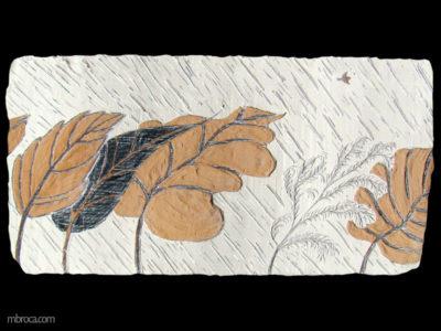 Cinq arbres qui ploient sous la tempête. Un oiseau vole au dessus d'eux.