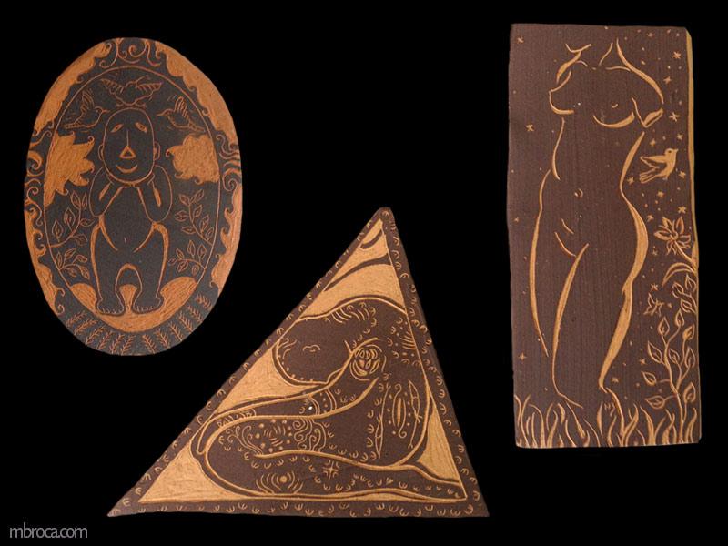 Trois sgraffites, un ovale représentant un homme simplifié. Le deuxième est un triangle dans lequel un homme se tient à genoux et la tête penchée. Le troisième est une femme nue dans la nature.