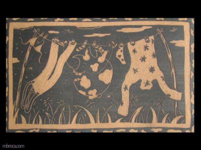un rectangle de céramique, un monstre s'accroche à la corde à linge pour jouer.