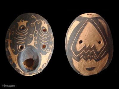 ocarina ovale avec des motifs géométriques.