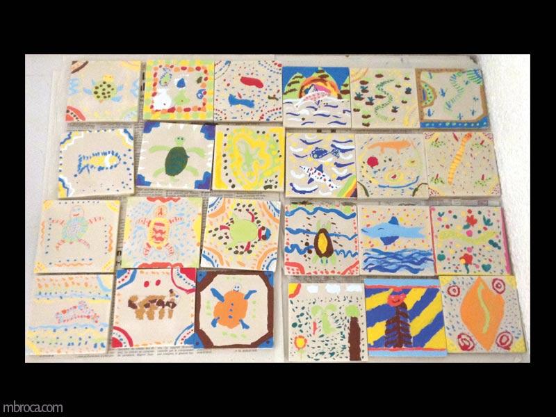 des carreaux de céramique avec des animaux peintà la manière aborigène dessus.