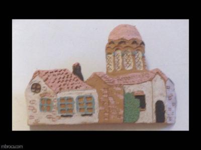 un maison et une église en bas relief
