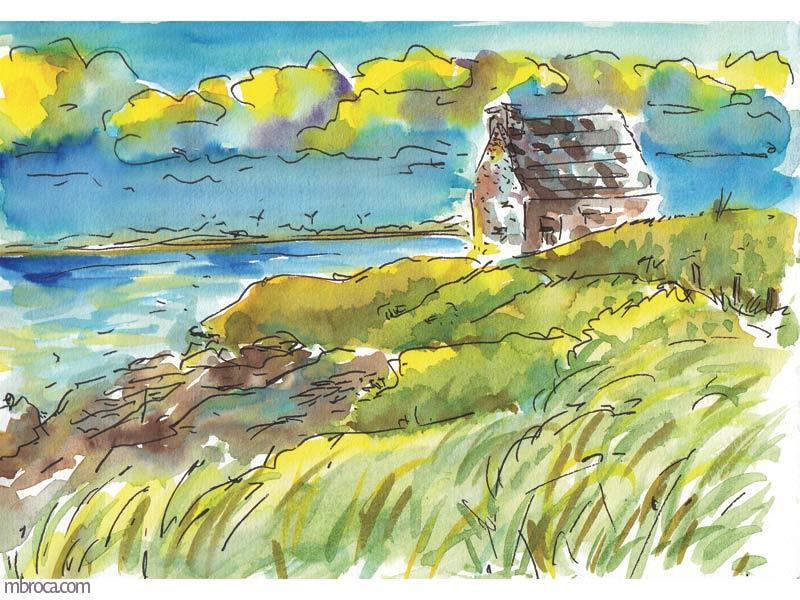 une maison en pierres, le ciel nuageux, la mer et de l'herbe.
