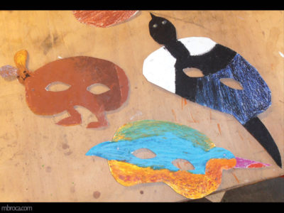 trois masques, un de lapin, un de pie et un d'oiseau en papier.