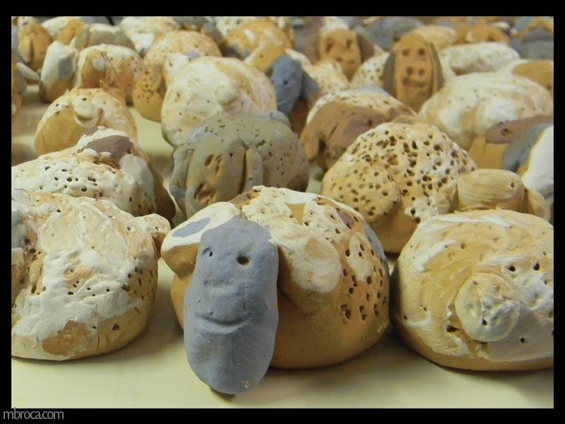 des moutons en terre vus en détail