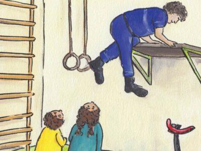 Un garçon et une fille rgardent en l'air un pompier qui grimpe à une planche fixée au mur.Rouzig de juin 2108