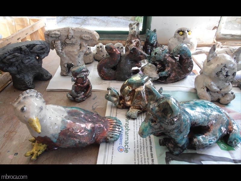 des pièces émaillées en raku, un oiseau, un chien, une statuette et autres.