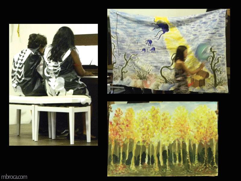 deux personnes jouent du piano. Ils portent des sac poubelles avec des squelettes peints dessus. Une scène de forêt à l'automne. Une fille passe devant une scène de fond marin.