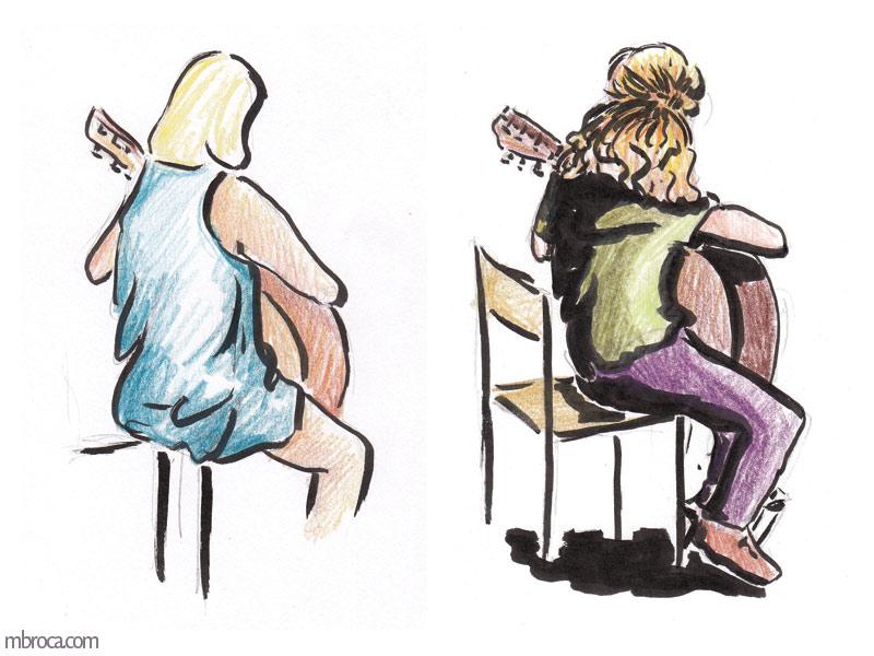 deux filles jouent de la guitage, elles sont de dos.