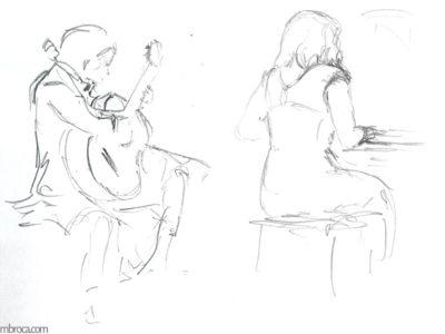 Un jeune guitariste joue à gauche et regarde la pianiste à droite.