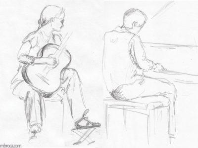 concerts, une guitariste face à nous, sa guitare sur ses genoux. Elle regarde à droite un pianiste qui joue.