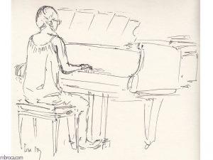 Concerts, une pianiste de dos en train de jouer sur un piano