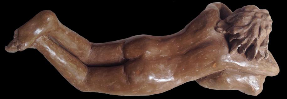 céramique : une femme nue allongée vue de haut. Terre cuite marron