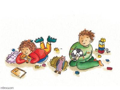Publications, Rouzig, novembre 2017. Une fille à plat ventre et un garçon au milieu de jouets, écoutent attentivement.