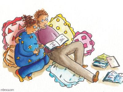 Publications Rouzig, novembre 2017. Une mère enceinte et un père lisent des histoires.