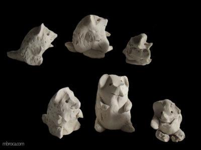 Cours de céramique des ours modelés en terre marron
