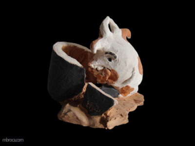 Céramique, un monstre regarde un verre cassé aussi grand que lui. Il a une main devant sa bouche, l'air embêté. Un poisson est au milieu des débrits.