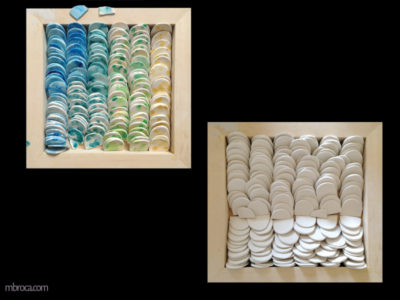 Céramique, des centaines de morceaux de céramiques, des demis cercles. Certains sont colorés, d'autres sont blancs.
