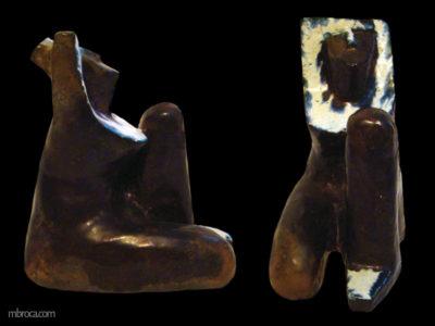 Statue qui représente une femme stylisée. Vue de face et de profil, elle a les bras relevés au dessus de sa tete. Cuivre, blanc et bleu.