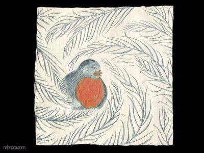 Un rouge gorge dans les feuilles d'un sapin. Il se repose entouré.