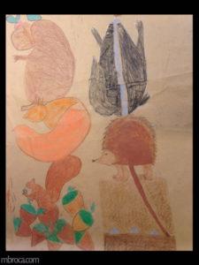 Cours, totems, un ours sur un renard, sur un écureil, qui mange des noisettes. Un blaireau sur un hérisson, sur un ver.