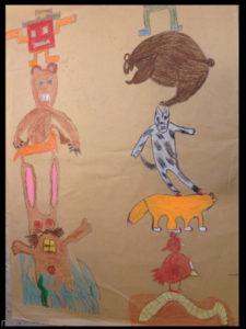 Cours, totems, un homme sur un ours, sur un lapin dans de l'herbe. Un ours sur un loup, sur un renard, sur une poule, sur un ver.