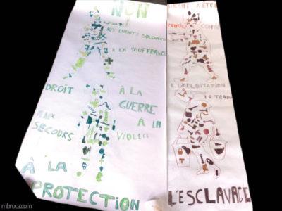 Cours, deux fresques. Silhouettes d'enfants composés par des objets colorés.