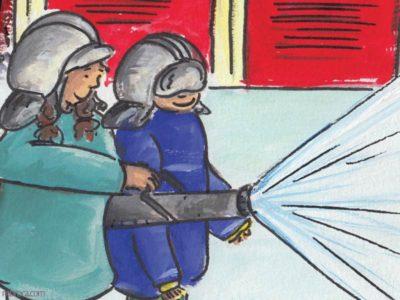 Rouzig de juin 2108. Une fille et un garçon avec un casque de pompier sur la tête, tiennent une lance à incendie.