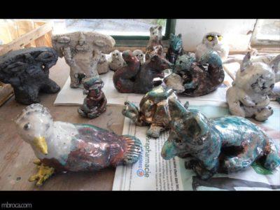 Projet pédagogique, des pièces émaillées en raku, un oiseau, un chien, une statuette et autres.