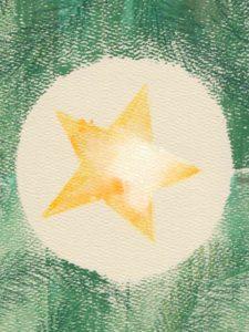 Une étoile dans un sapin de noël