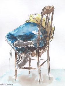 œuvres Une personne endormis sur une chaise, pantalon bleu et tee-shirt jaune.