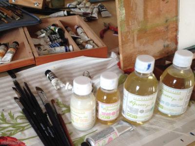 Des pinceaux, des solvants, diluants et nettoyant huile