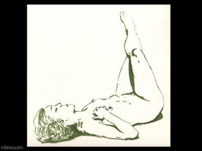 nus, une femme allongée sur le dos, les janmes en l'air