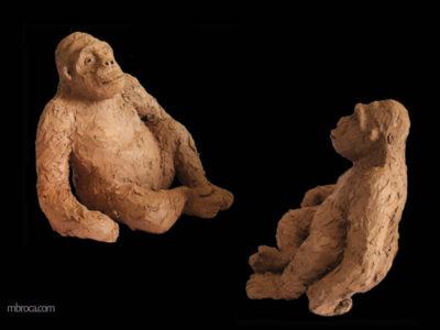 un gorille assis accoudé d'un côté. terre rouge brune cuite.